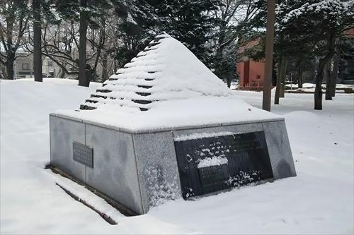 雪のピラミッド