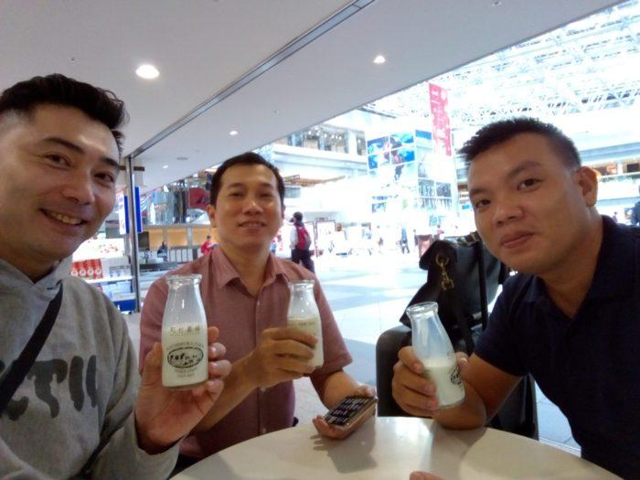 アクルヒハノイ店の社長リンさんとホーチミン店の社長デュイさん。新千歳空港に到着して町村牛乳を飲む