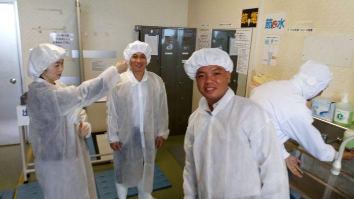 オシキリ食品の納豆工場に入る前の準備中!